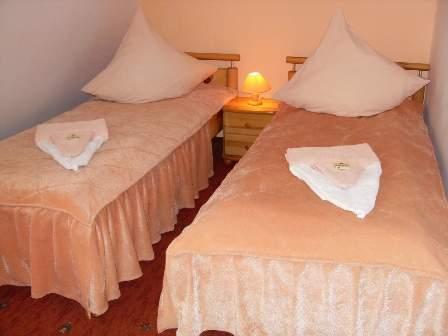 Ein 2-Personenzimmer mit 2 Einzelbetten, DU, WC, Handtüchern, SAT-TV (Dt. Programme), Kühlschrank