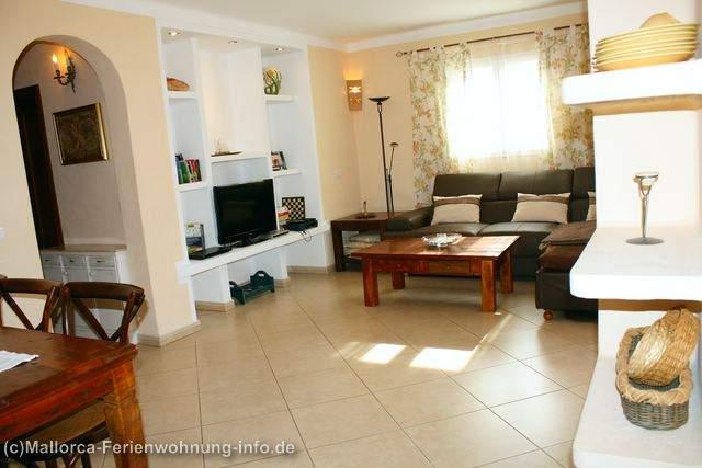 Wohnzimmer mit Full-HD-Sat-Tv, Sofaecke, Klimaanlage