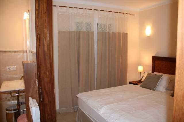 Das OG-Schlafzimmer jeweils mit Bad en suite