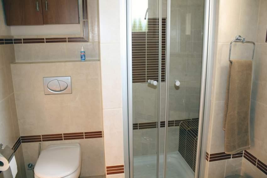 jedes Haus mit 2 modernen Bädern un d Sitzbank in der Duschkabine