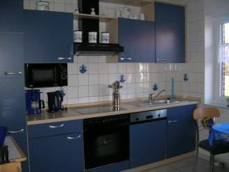 Nordseefehs. Sonne+Leuchtturm - Ferienhaus in Krummhörn-Hamswehrum - Küchen, überkomlett ausgestattet. Zusätzlich zur Kaffeemaschine steht auch noch eine Senseokaffeepadmaschine zur Verfügung