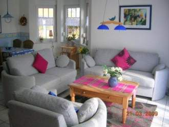 Nordseefehs. Sonne+Leuchtturm - Ferienhaus in Krummhörn-Hamswehrum - Wohnzimmer, in allen Häusern geschmackvoll und gemütlich eingerichtet. Teilweise bereits mit großem Flachbildfernsehgerät