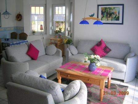 Wohnzimmer, in allen Häusern geschmackvoll und gemütlich eingerichtet. Teilweise bereits mit großem Flachbildfernsehgerät
