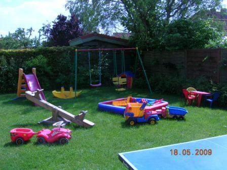 Garten - zu allen Häusern gehört ein schöner Gartenteil für die Kinder, der mit den vielen Spielgeräten fast keine Wünsche offen läßt