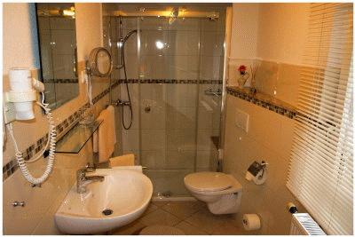 Modernes Bad, Dusche & WC .