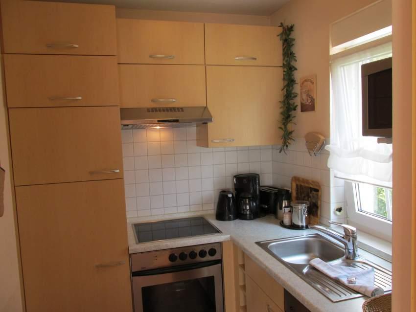 Küche mit Geschirrspüler, Backofen, Mikrowelle