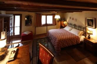 Hotel Locanda degli elfi Mascha Parp - Piemont  Mairatal Canosio - Mairatal - Ein grosses Zimmer
