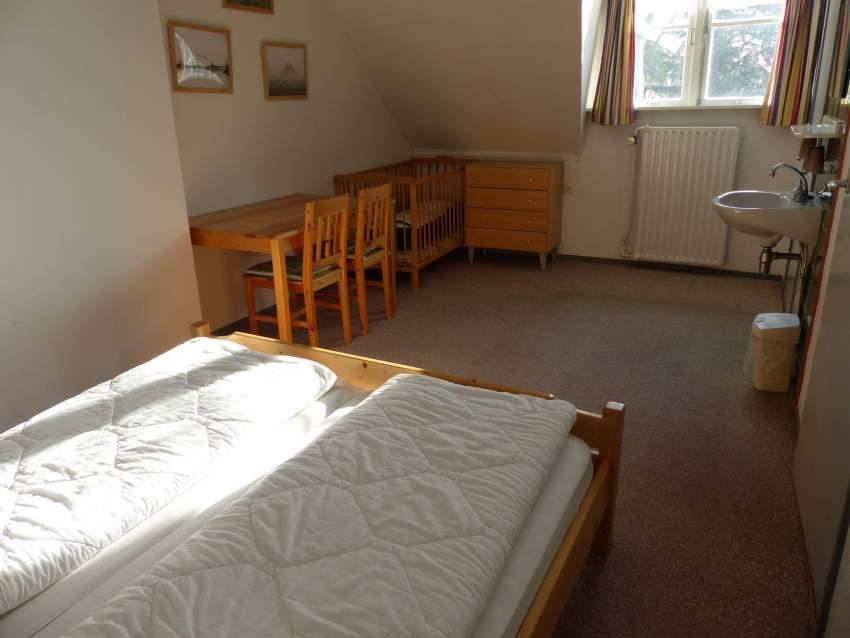 großes Schlafzimmer der kleinen Wohnung