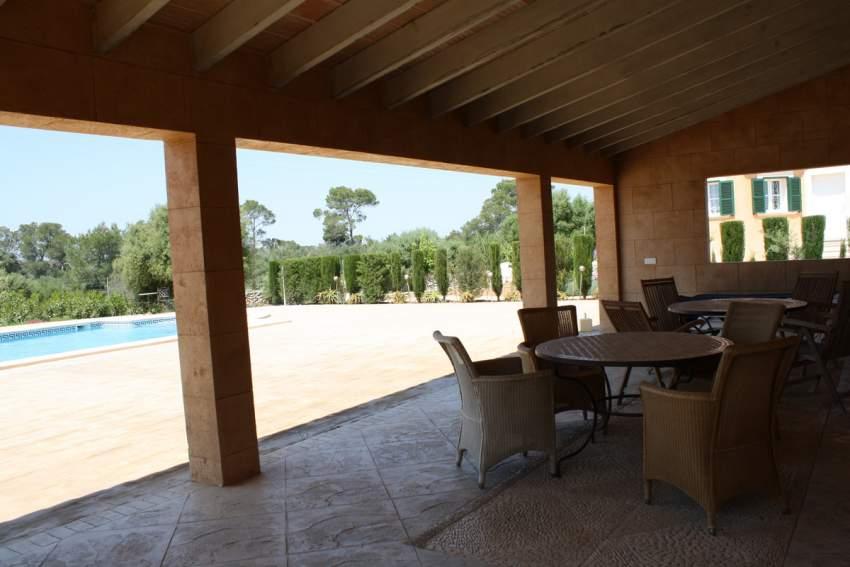 grosses Poolhaus mit WLAN-Anschluss, Tischen und Stühlen, Liegen am Pool und im privaten Garten jedes Hauses