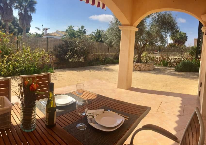 Jedes der Ferienhäuser verfügt über eine überdachte Terrasse