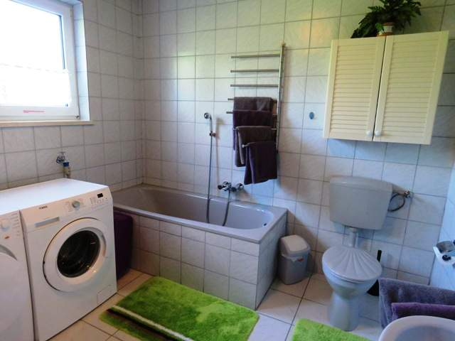 Badezimmer mit DU, Wanne, Waschmaschine u. Trockner