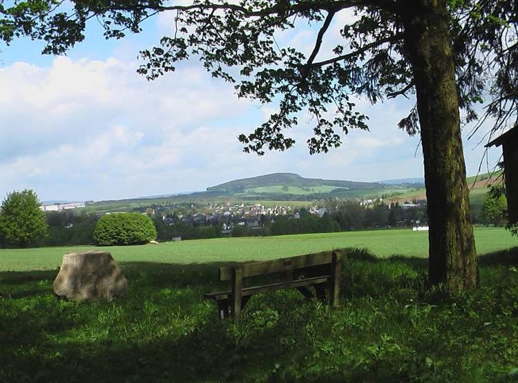 Blick über den Ort hinweg zum Scheibenberg