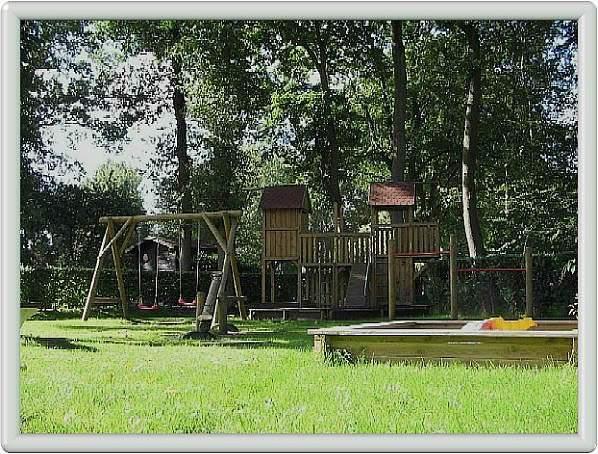 Schöner Spielplatz mit Klettertürmen und vieles mehr..