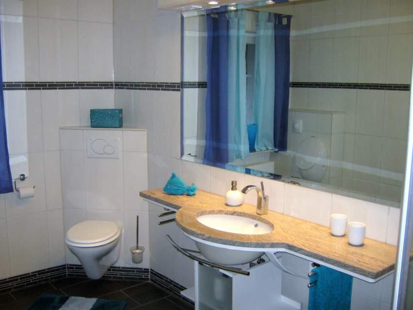 Wohlfühlbad, Riesenwaschtisch und Spiegel