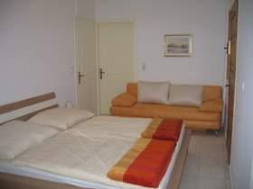 Schlafzimmer mit Ausziehcouch