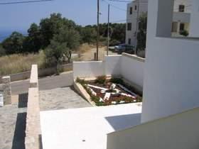 Parkplatz mit Terasse und Garten