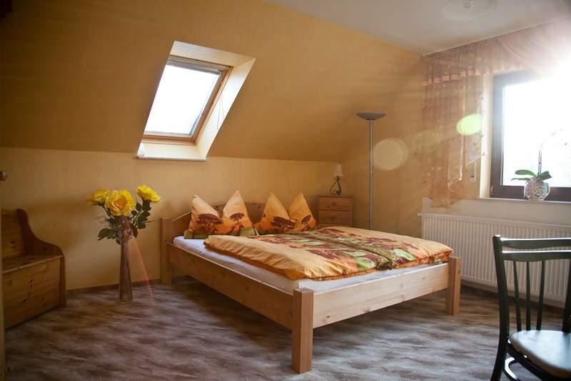 Schlaf und Wohnzimmer  - Ferienwohnung Hetzdorf