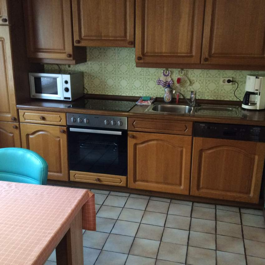 Komplett ausgestattet Küche mit Essecke
