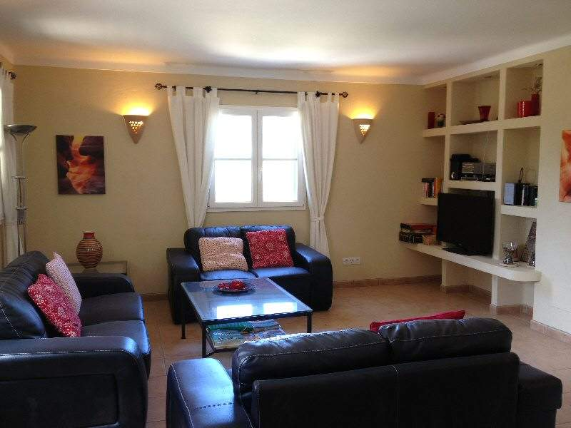 gemütliches Wohnzimmer mit 3 Ledersofas und Full-HD-Sat-TV