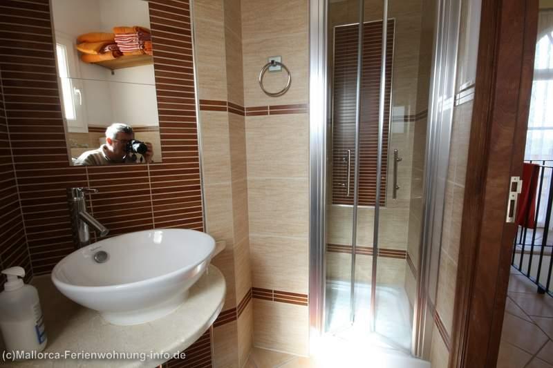 2 moderne Bäder mit grosser Duschkabine und 1 Gäste-WC