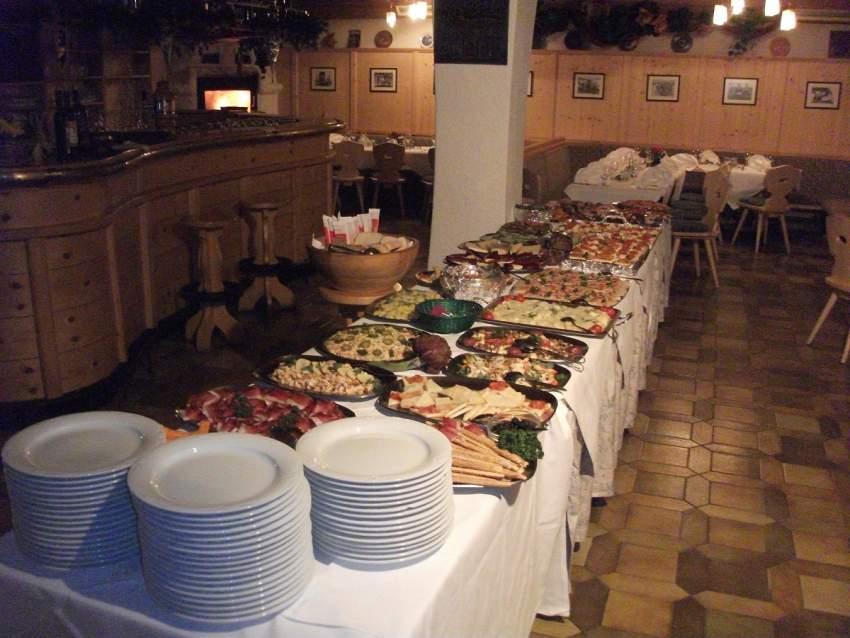 Vorspeisenbuffet in der Taverne bei Kaminfeuer