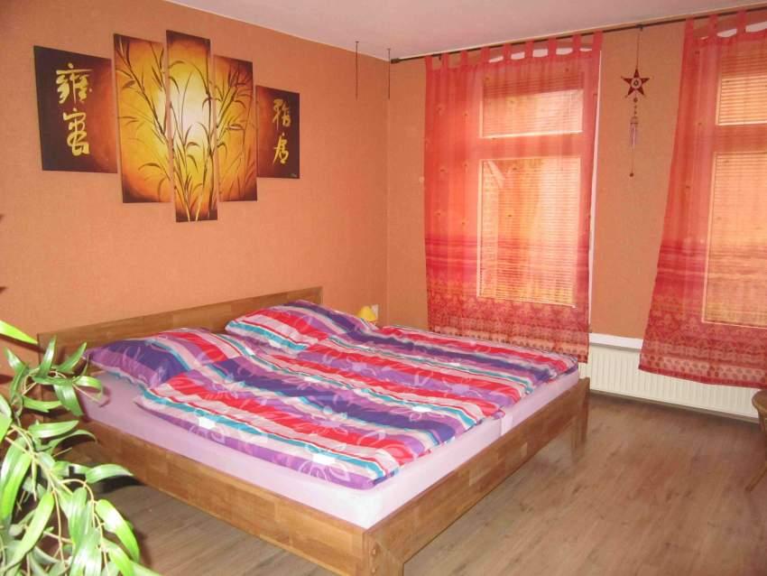 Ihr kuscheliges Schlafzimmer mit großem Doppelbett...