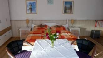 Ferienhaus in Rostock - Ein grosses Doppelbett sorgt mit den nach Schlafgewohnheit verstellbaren Lattenrosten im gemütlich und modern eingerichteten Schlaf-und Wohnbereich für erholsamen Schlaf.