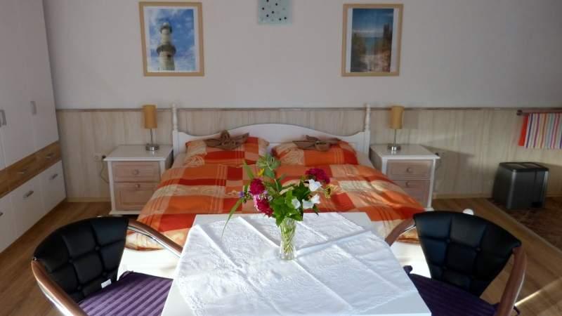 Ein grosses Doppelbett sorgt mit den nach Schlafgewohnheit verstellbaren Lattenrosten im gemütlich und modern eingerichteten Schlaf-und Wohnbereich für erholsamen Schlaf.