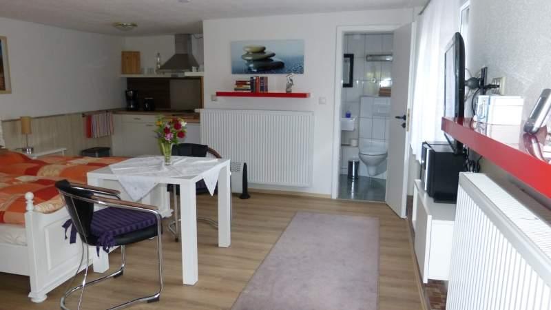 Die 34 m² grosse Ferienwohnung ist unterteilt in einen Schlaf- und Wohnbereich, eine offene Küche und ein Duschbad mit WC, hier ist genug Platz für 2 Personen.