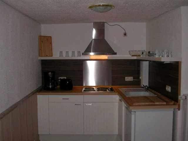 Die Küche ist ausgestattet mit einem Kühlschrank mit ***Gefrierfach sowie einem Elektroherd mit vier Platten.