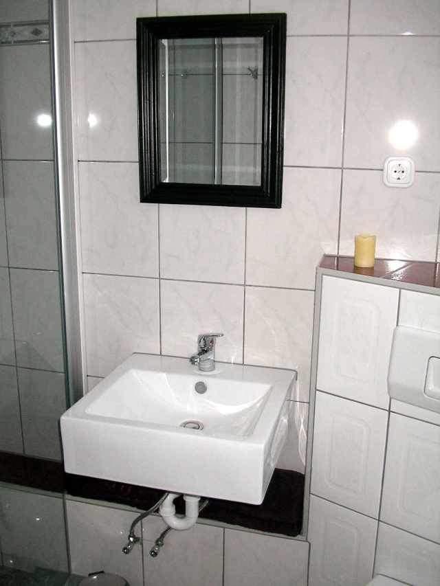Im Bad befindet sich neben WC und Waschbecken eine grosse Dusche.