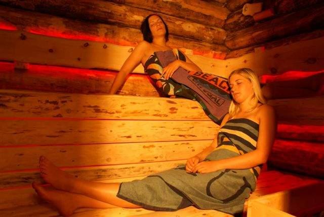 Jedes Chalet verfügt über eine eigene Sauna