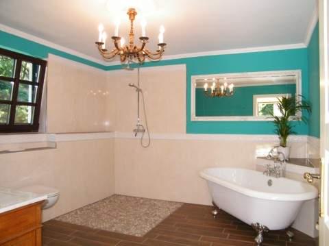 Bad mit bodengleicher Dusche und Badewanne