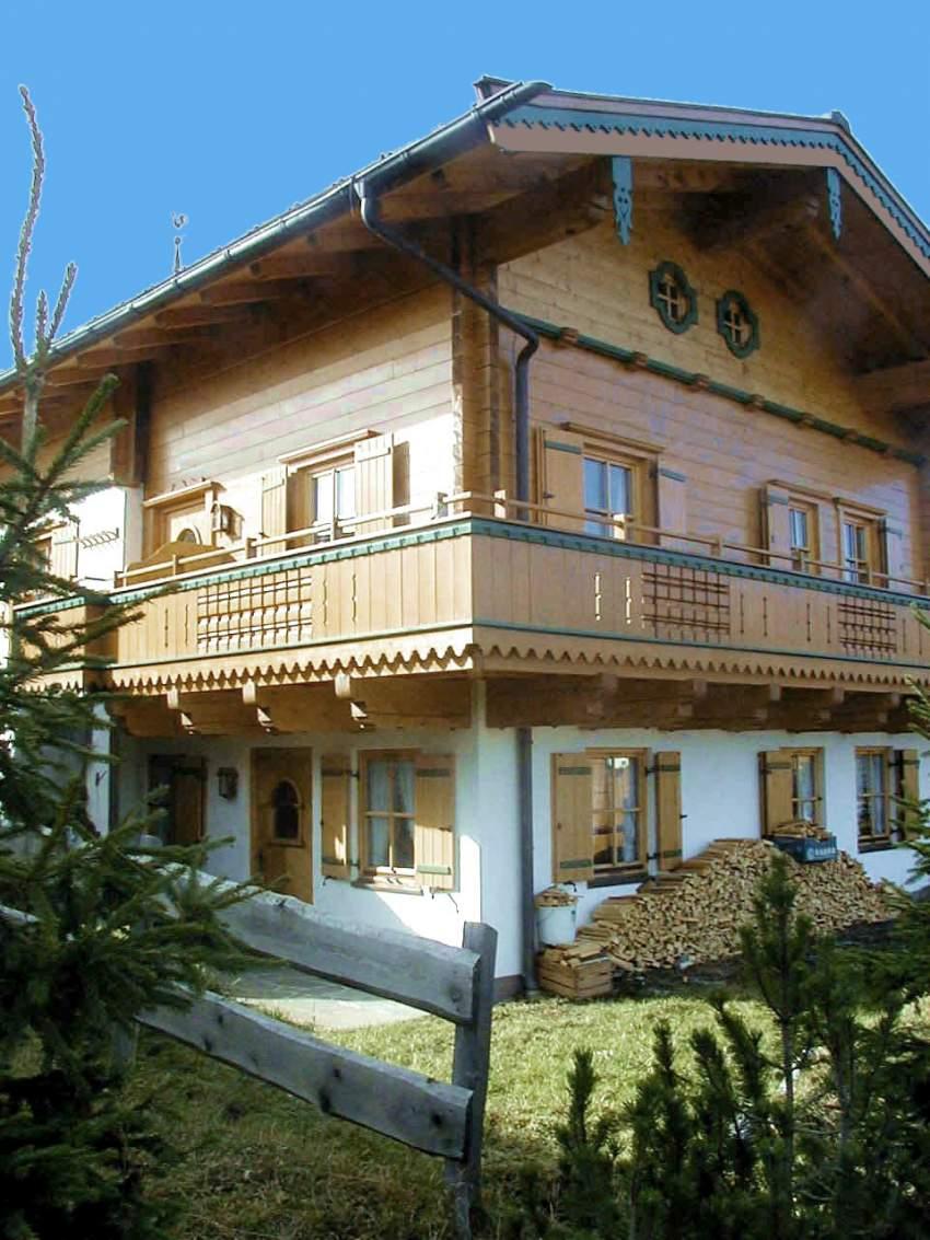 Haus im Sommer mit Balkon