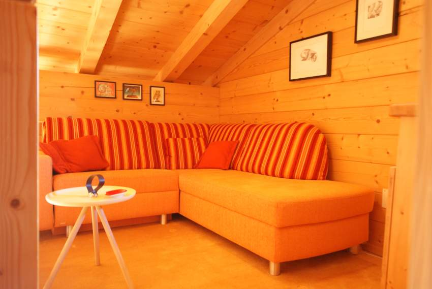 Wohnbereich mit großem Sofa