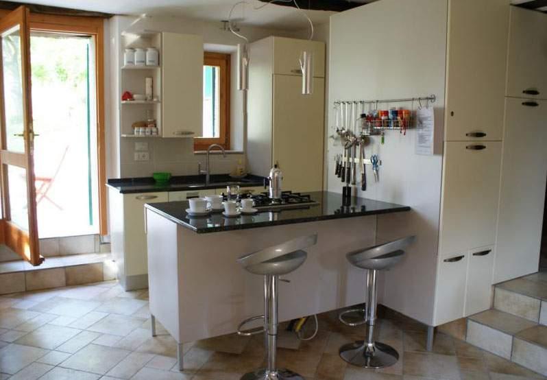 große Küche mit Granit