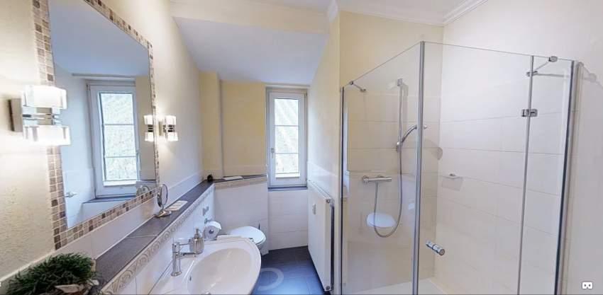 Luxusbad mit Dusch, WC, Fön und eingebautem Radio