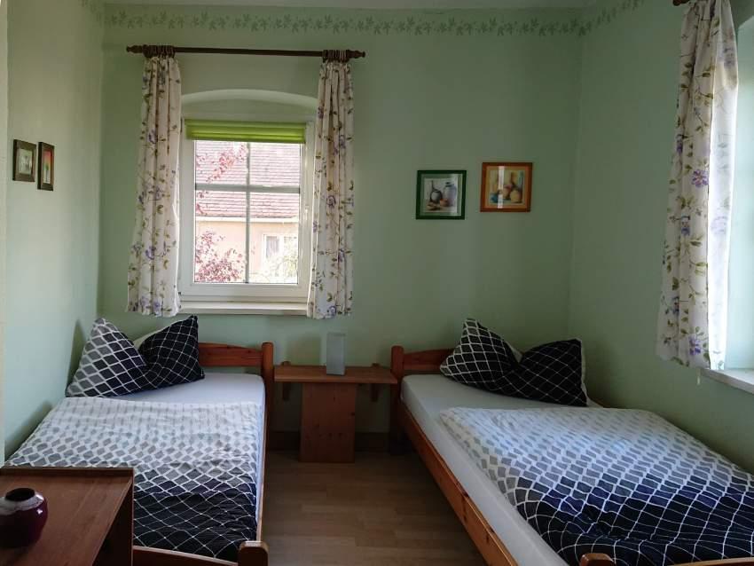 """Das Schlafzimmer """"Wiese"""" mit zwei Einzelbetten"""