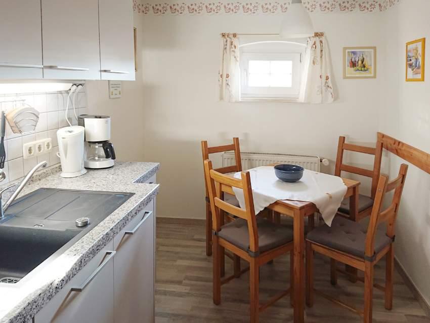 Die Komplett-Küche mit Essplatz, Kühlschrank und Geschirrspüler