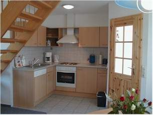 Gästehaus Uns Elke - Ferienwohnung in St. Peter-Ording - Küche mit Spülmaschine, Backofen, 4 Plattenherd...