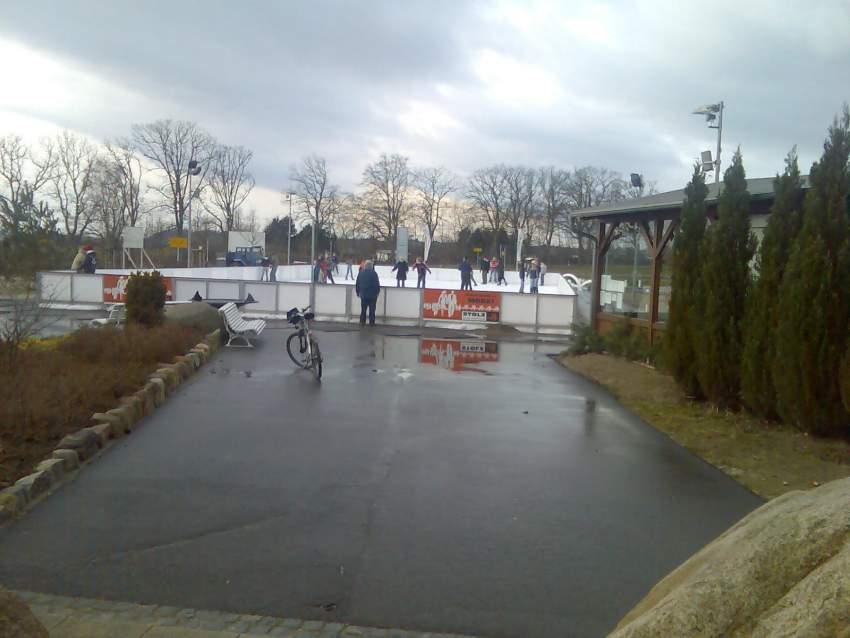 Eisbahn im Winter in der Anlage