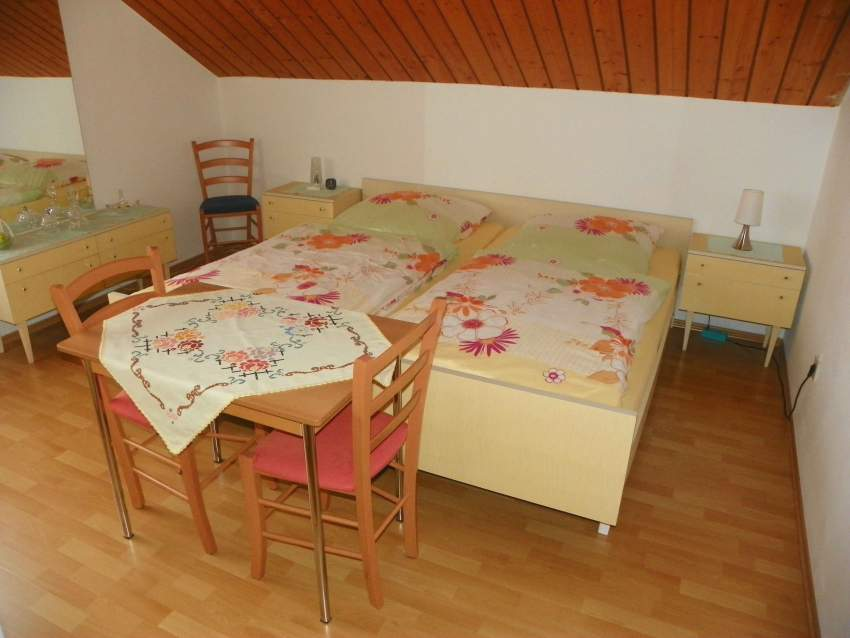helles abdunkelbares Doppelbettzimmer